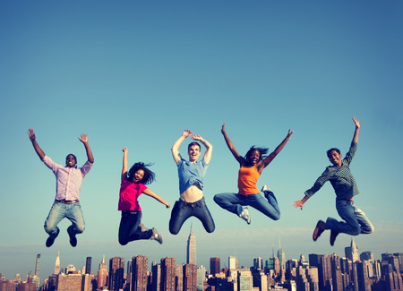 amistad: Gente alegre que salta Amistad Felicidad City Concepto Foto de archivo