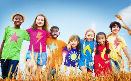 enfants heureux: Enfants Diverse Jouer Champ Ciel Jeune Concept Banque d'images