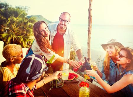 Beach Party Dinner Freundschaft Glücklichsein Sommerkonzept Standard-Bild - 44116318