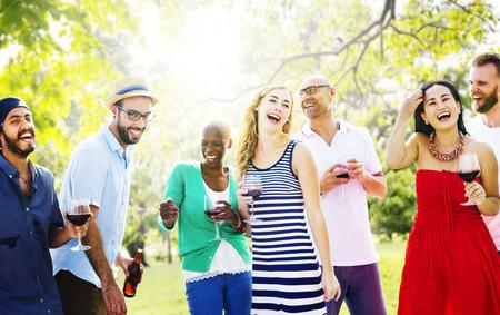 多様な人々 が友人の概念を飲んで出かける 写真素材 - 44148690
