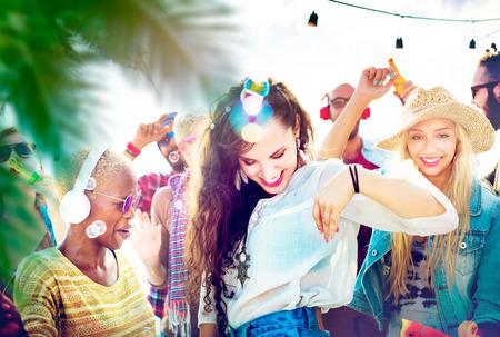 ragazze che ballano: Amicizia Danza Legame Beach Felicità Joyful Concetto
