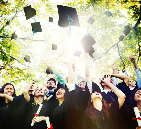 mortero: Diversidad Los estudiantes de graduación Celebración Éxito Concepto