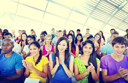 aplaudiendo: Grupos Personas Conferencia de Aprendizaje Informal Aplausos Aplaudir Concepto
