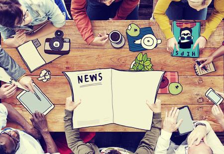 periodicos: Periodista Noticias Reunión Trabajo en equipo Broadcast Concepto Foto de archivo