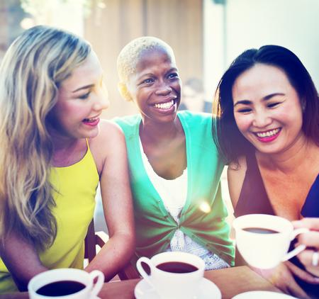 Mädchen Kaffeepause Reden Chilling Konzept