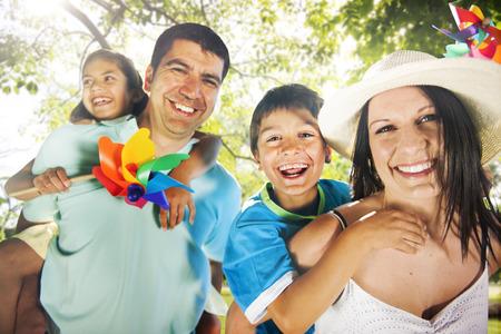 personas felices: La felicidad de la familia Los padres de vacaciones de vacaciones Actividad Concepto