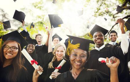 birrete de graduacion: Graduaci�n de Estudiantes de la Universidad de Inicio Grado Concepto Foto de archivo