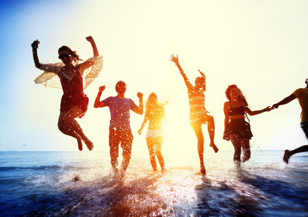 gente saltando: Amistad Freedom Beach Summer Holiday Concepto Foto de archivo