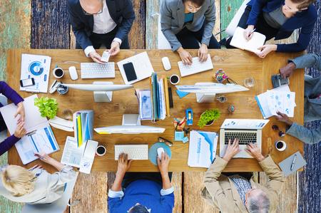 비즈니스 사람들이 기술을 사용하는 사무실 개념