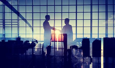 commitment: Los hombres de negocios apret�n de manos Compromiso Trato Apoyo Concepto