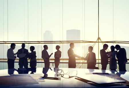 personas trabajando en oficina: Business People Interacci�n Conexi�n Concepto Acuerdo del apret�n de manos de felicitaci�n Foto de archivo