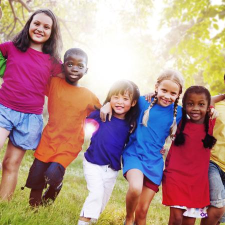 diversidad: Los niños Amistad Unión Felicidad Sonreír Foto de archivo