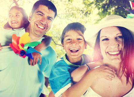 familias felices: La felicidad de la familia Los padres de vacaciones de vacaciones Actividad Concepto