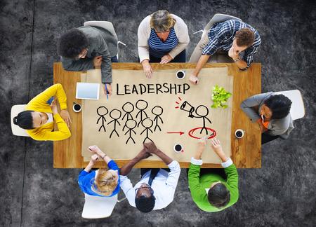liderazgo empresarial: Gente en una reunión y Concepto Liderazgo Foto de archivo