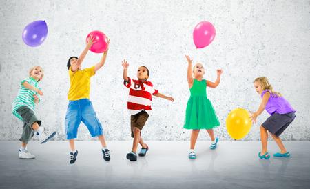 다민족 어린이 풍선 행복 우정 개념 스톡 콘텐츠