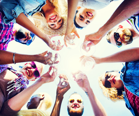 jovenes tomando alcohol: Celebraci�n Champagne Mirar hacia abajo Amigos Concepto