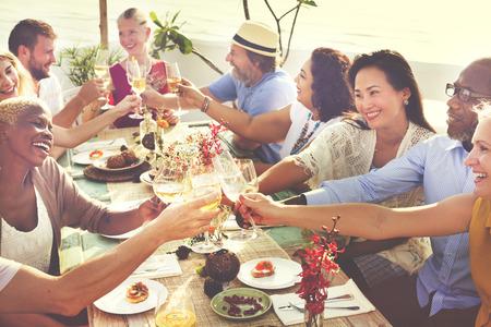 diversidad: Gente Diversos cuelgan hacia fuera concepto de bebida Foto de archivo