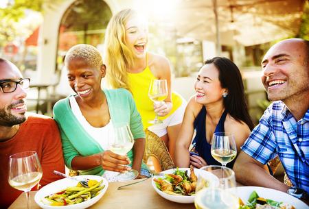 personas reunidas: Diverse Gente Almuerzo Aire libre concepto de alimentaci�n Foto de archivo