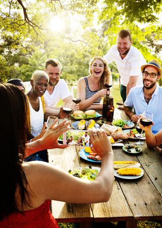朋友友谊室外用餐人概念
