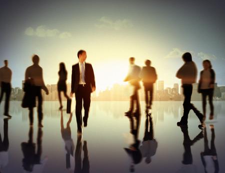 multitud gente: Gente de negocios del viajero corporativo Paisaje urbano Peatón Concept