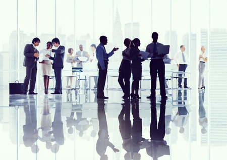 tormenta de ideas: Gente de negocios Corporate Debate Reunión Lluvia Concepto