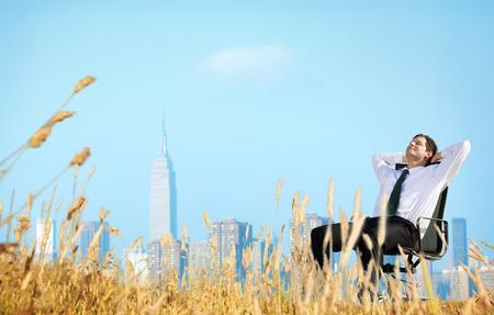 libertad: El hombre de negocios Relajación Felicidad Libertad Getaway Concepto