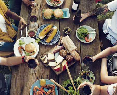 comidas: Diverse Gente Almuerzo Aire libre concepto de alimentaci�n Foto de archivo