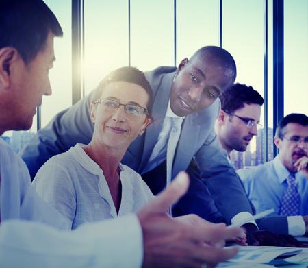 empleado de oficina: Gente de negocios Reuni�n Comunicaci�n Discusi�n Oficina de Trabajo Concepto Foto de archivo
