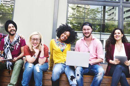 diversidad: Diversas personas del grupo que cuelgan hacia fuera Campus Concepto
