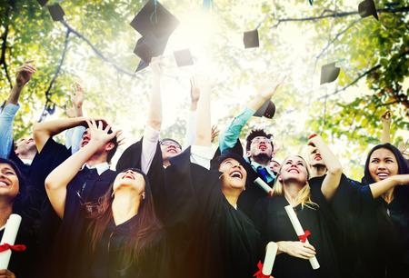 graduado: Diversidad Los estudiantes de graduación Celebración Éxito Concepto