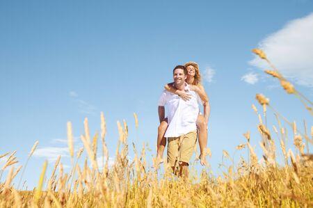 романтика: Пара Романтика контрейлерных Любовь Расслабляющая Концепция Фото со стока