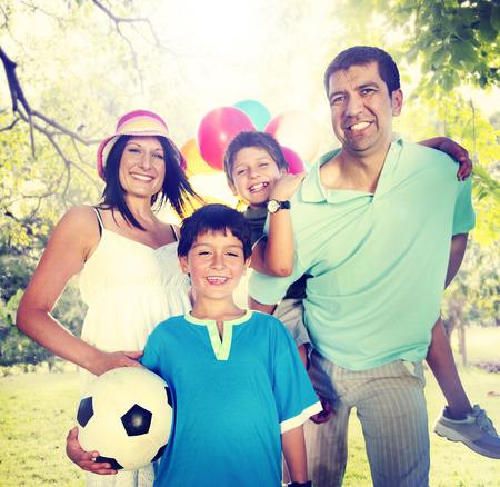 familia feliz: La felicidad de la familia Los padres de vacaciones de vacaciones Actividad Concepto