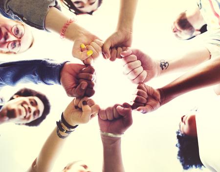 концепция: Друзья Дружба кулак рельефа единения концепции