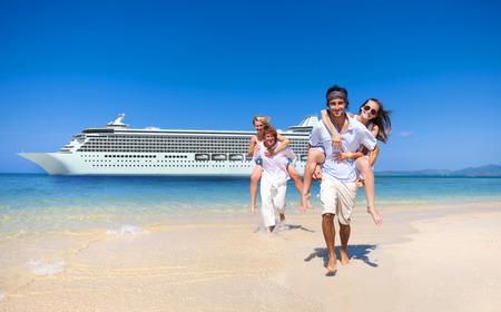 Pareja de verano playa de la isla del barco de cruceros Concepto