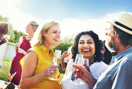 tomando alcohol: Vecinos Diversos Beber Partido Yard Concepto