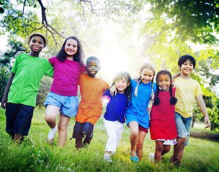 zweisamkeit: Kinder Freundschaft Zusammenhalt L�cheln Gl�ck Konzept