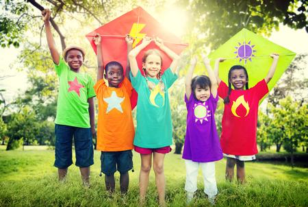 niños felices: Niños Cometa Juguetón Amistad Concepto