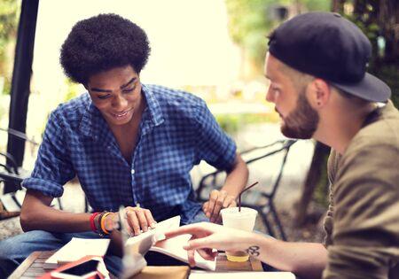 personas hablando: Amigos Hombres Concepto de lectura Lluvia de Discusi�n Foto de archivo