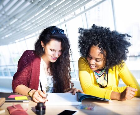 femmes souriantes: R�union de l'�quipe d'affaires Discussion Concept Planification Banque d'images