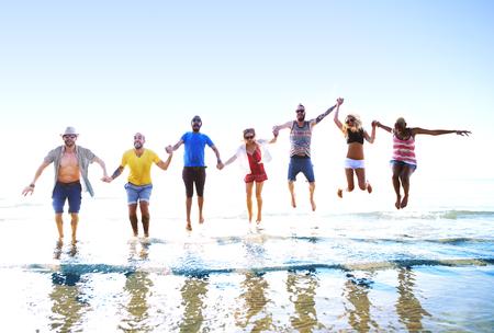 manos sosteniendo: Amistad Freedom Beach Summer Holiday Concepto Foto de archivo