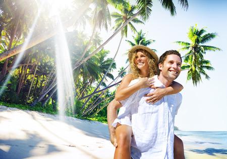 カップルの新婚旅行の熱帯のビーチのロマンチックな概念 写真素材