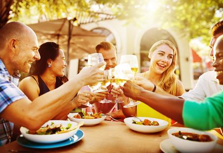 tomando alcohol: Diversas personas Amigos que cuelgan hacia fuera concepto de bebida Foto de archivo