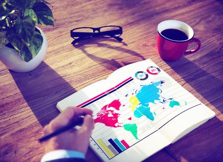 グローバル ビジネス グラフ成長世界マップ コンセプト 写真素材