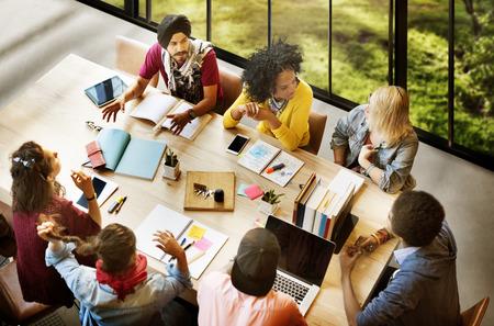 tormenta de ideas: Diversos Gente Grupo de Trabajo junto Concepto