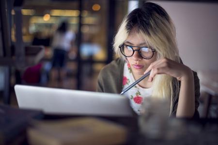 vysoká škola: Žena Laptop Pracovní plánování myšlení Concept