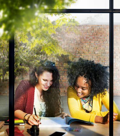 mujeres juntas: Señoras mujeres que trabajan junto Concepto del Proyecto
