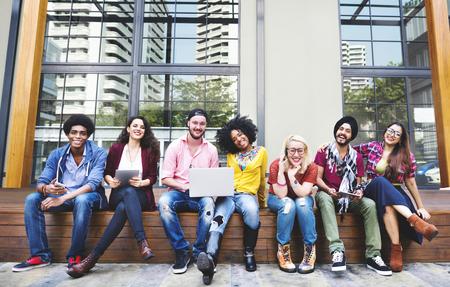 adolescente: Diversas personas del grupo que cuelgan hacia fuera Campus Concepto