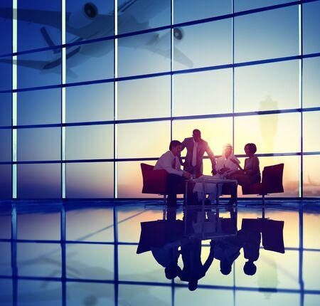 personas dialogando: Equipo Negocios Discusión Reunión Avión Quítate Concepto