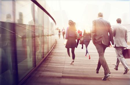 personas caminando: Gente Commuter Ruta Hora punta Paisaje urbano Concepto