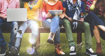 技術: 青年朋友們友好技術結合起來的概念